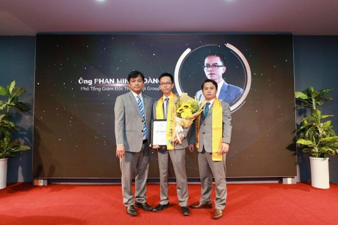 Ông Phan Minh Hoàng (giữa) được bổ nhiệm vị trí Phó Tổng Giám đốc