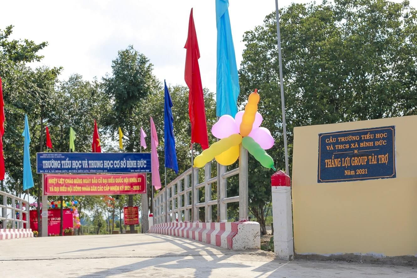 Cây cầu hoàn thành khang trang, chắc chắn, giúp các em học sinh và thầy cô đến trường an toàn.